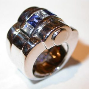 Bague chevaliere, « 1930 », or blanc, saphirs