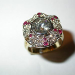 Bague jupe, or blanc, diamants, rubis
