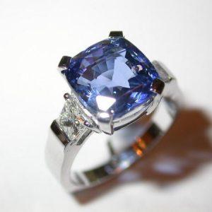 Exeptionnel saphir coussin, diamants trapezes
