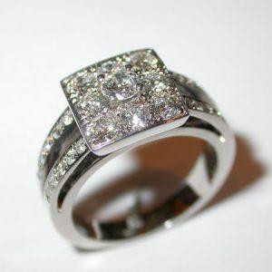 Bague carrée, entourage diamants