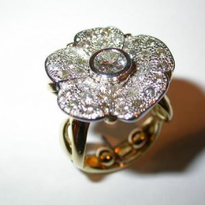 Bague fleur, or blanc, diamants