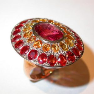 Bague « merveille », or rouge, spinelle, saphirs