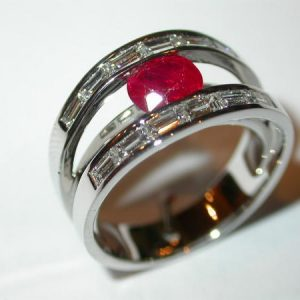 Bague or blanc, rubis, diamants baguettes