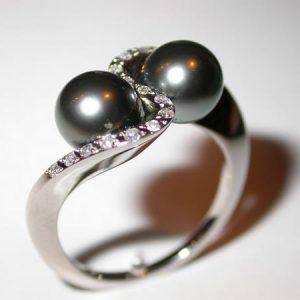 Bague toi et moi, perles noires de Tahiti, diamants
