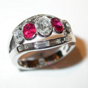 Bague bandeau or blanc, rubis diamants
