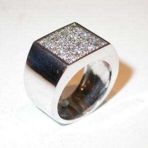 Bague chevalière carrée or blanc diamants