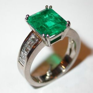 Bague émeraude rectangle à pans coupés