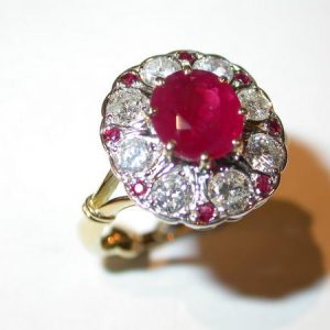 Bague entourage or jaune et blanc, diamants, rubis