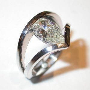 Bague or blanc, diamant poire