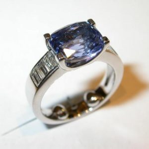 Bague or blanc, diamants baguettes, saphir violet