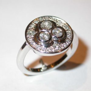 Bague or blanc, diamants, en trefle