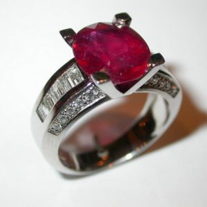 Bague or blanc, rubis ovale 6,0 carats