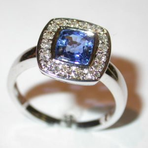 Bague or blanc, saphir coussin, diamants brillants