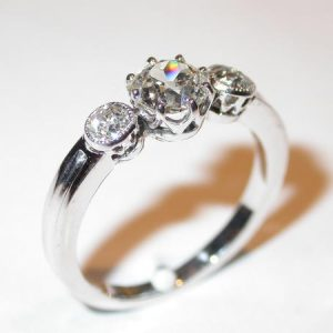 Bague riviere, or blanc, diamants, style 1900