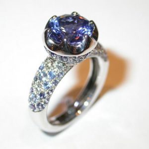 Bague tanzanite, or blanc, diamants, saphirs
