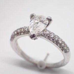 bague or blanc, diamant poire, pavage