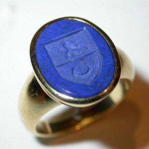 Chevalière or jaune, intaille lapis lazuli