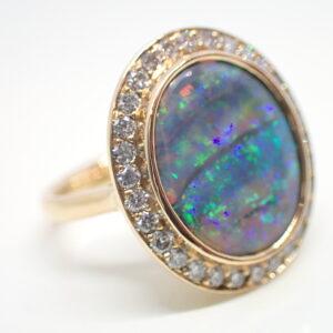 Bague entourage diamants et opale noire