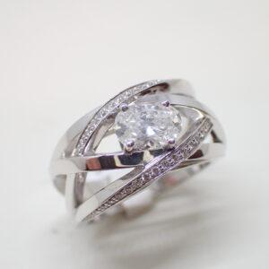 Bague fils croisés or blanc et diamant ovale