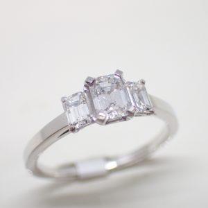 Solitaire or et diamants taille emeraude