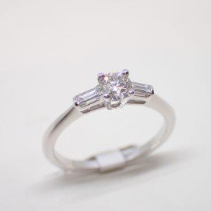 Bague solitaire diamants brillant et baguettes