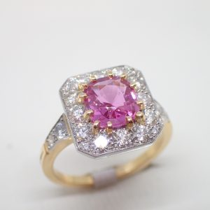 Bague entourage platine saphir rose et diamants