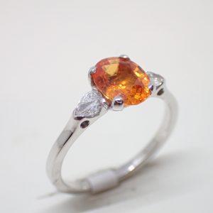Bague riviere saphir orange et diamants