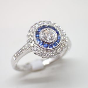 Bague ronde double entourage festonné saphirs et diamants