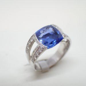 Bague saphir coussin exceptionnel et diamants