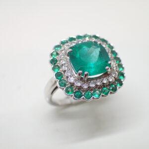 Bague double entourage festonné émeraudes et diamants