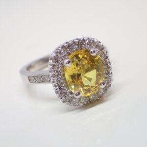 Bague coussin saphir jaune et diamants
