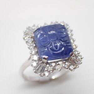 Bague «jupe» saphir gravé et diamants baguettes