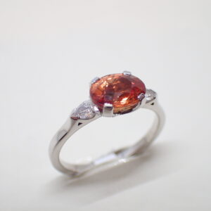 Bague riviere saphir orange diamants poires
