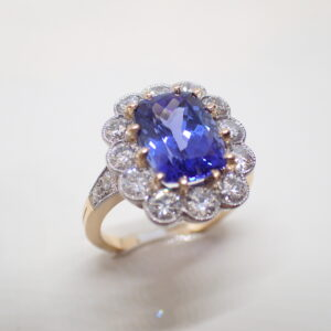 Bague entourage festonnée tanzanite et diamants