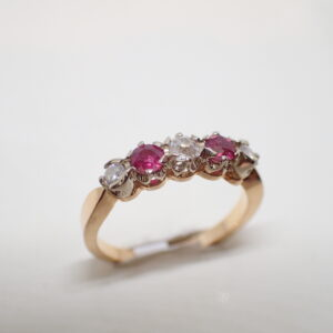 Bague riviere rubis diamants