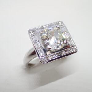Bague carrée diamants baguettes et diamant brillanté