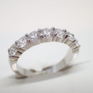 Alliance or et diamants sur griffes