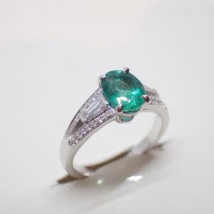 Bague emeraude diamants ronds et baguettes